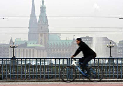 Hamburg: Die nordische Servicehochburg Keine andere deutsche Topmetropole ist derart auf Dienstleistungen spezialisiert wie die Hafenstadt: 50 Prozent der Beschäftigten arbeiten im Servicesektor. Nirgends wird in diesem Wirtschaftszweig soviel erwirtschaftet (zehnmal soviel wie im europäischen Durchschnitt). Bei Einkommen, Wirtschaftsleistung und Akademikerdichte schneidet Hamburg etwas schlechter ab als die Südmetropolen, liegt aber weit über den europäischen Mittelwerten. Die Bevölkerung ist relativ alt: Unter allen topgerankten deutschen Großstädten leben in der Elbmetropole die wenigsten jungen Leute unter 20 Jahren.