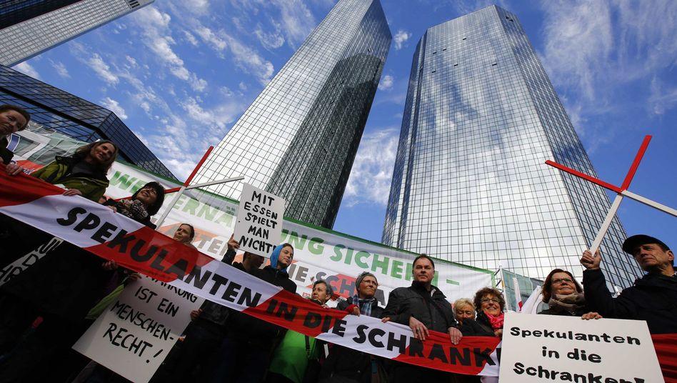 """Demonstration vor den Zwillingstürmen der Deutschen Bank in Frankfurt: """"Mit Essen spielt man nicht"""""""