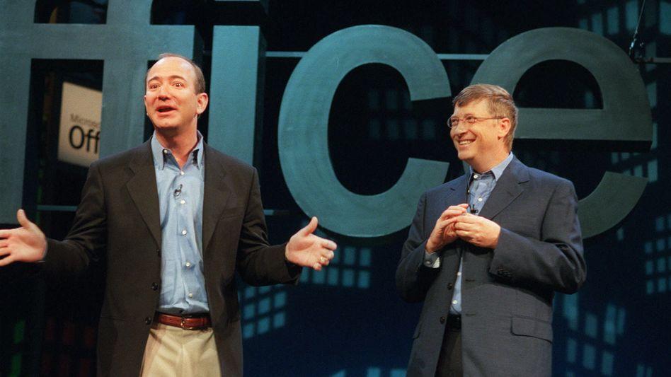 Im Mai 2001 stand Amazon-Chef Jeff Bezos (links) zusammen mit Microsoft-Chef Bill Gates auf einer Bühne, um das seinerzeit neue Office XP vorzustellen. Erstmals seit Gates hat mit Bezos nun ein zweiter Mensch beim Vermögen die 100-Milliarden-Dollar-Grenze übersprungen