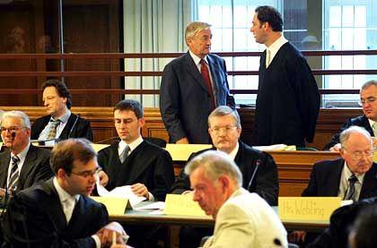 Anwalt und Mandant im Gespräch: Klaus Landowsky (hinten, stehend M.) und sein Rechtsbeistand Cord Henrich Heinichen