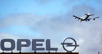 Flugzeug über Opel-Werk in Kaiserslautern: Der ungeliebte US-Eigentümer ist zurück