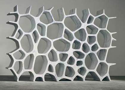 """Marc Newson: Nicht nur Regale (""""Voroni Shelf, 2006) und andere Möbel, sondern auch Koffer und Kleider gestaltet der Designer."""