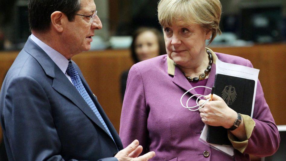 Noch immer in Briefkontakt: Zyperns Präsident Nikos Anastasiades im Gespräch mit Angela Merkel im Zuge der Rettungsverhandlungen im März