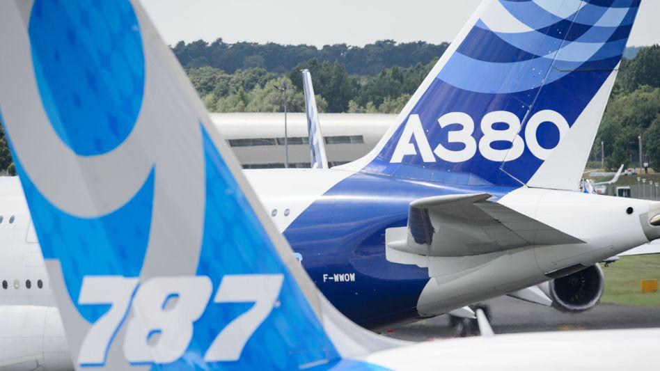 Arena für den Zweikampf: Alle zwei Jahre nutzen Boeing (links) und Airbus die Luftfahrtmesse in Farnborough zur medienwirksamen Präsentation von Aufträgen.