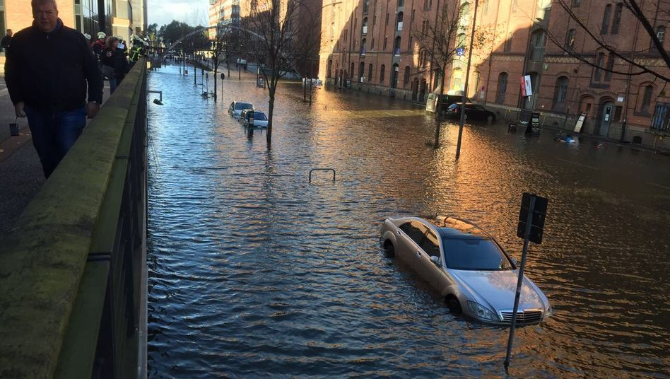 """Hamburger Hafencity nach Herbststurm """"Herwart"""": Autos unter Wasser, die Bilanz der Allianz jedoch nicht"""