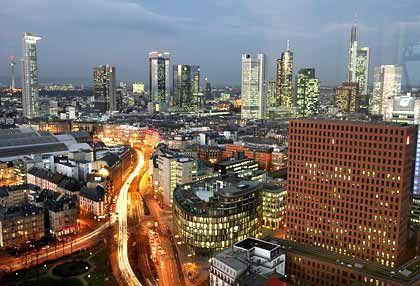Schimmerndes Frankfurt: Um mit Immobilien wie in der Hessenmetropole einfacher Geld zu verdienen, schließen sich die Gesellschaften zusammen