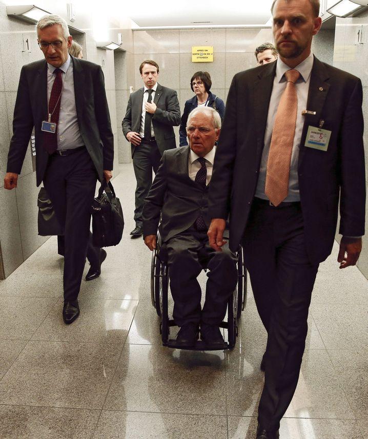 """Bundesfinanzminister Schäuble (M.): """"Sind in einer Lage, dass am Dienstag das Hilfsprogramm endet"""""""