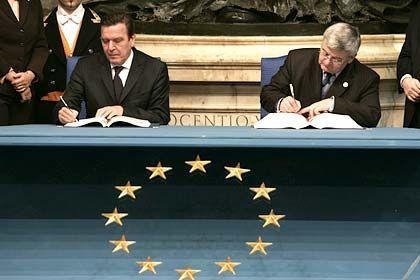 """""""Ein historischer Tag"""": Kanzler Schröder und Außenminister Fischer während der Unterzeichnung des EU-Vertrags in Rom"""