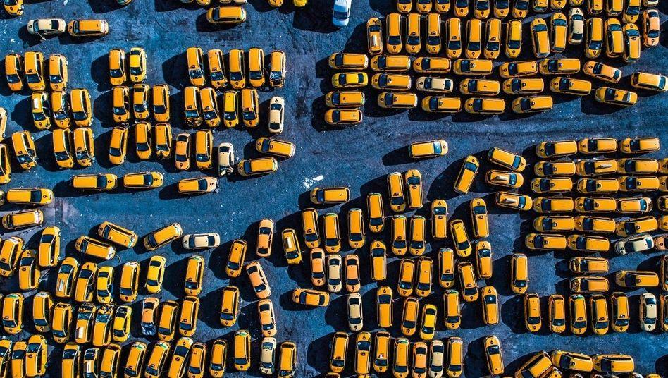 YANDEX-PARKPLATZ IN MOSKAU Zwei Drittel aller Taxifahrten in Russlands Hauptstadt vermittelt Yandex Taxi, seit Uber seine Flotte mit der des einheimischen Marktführers fusionierte