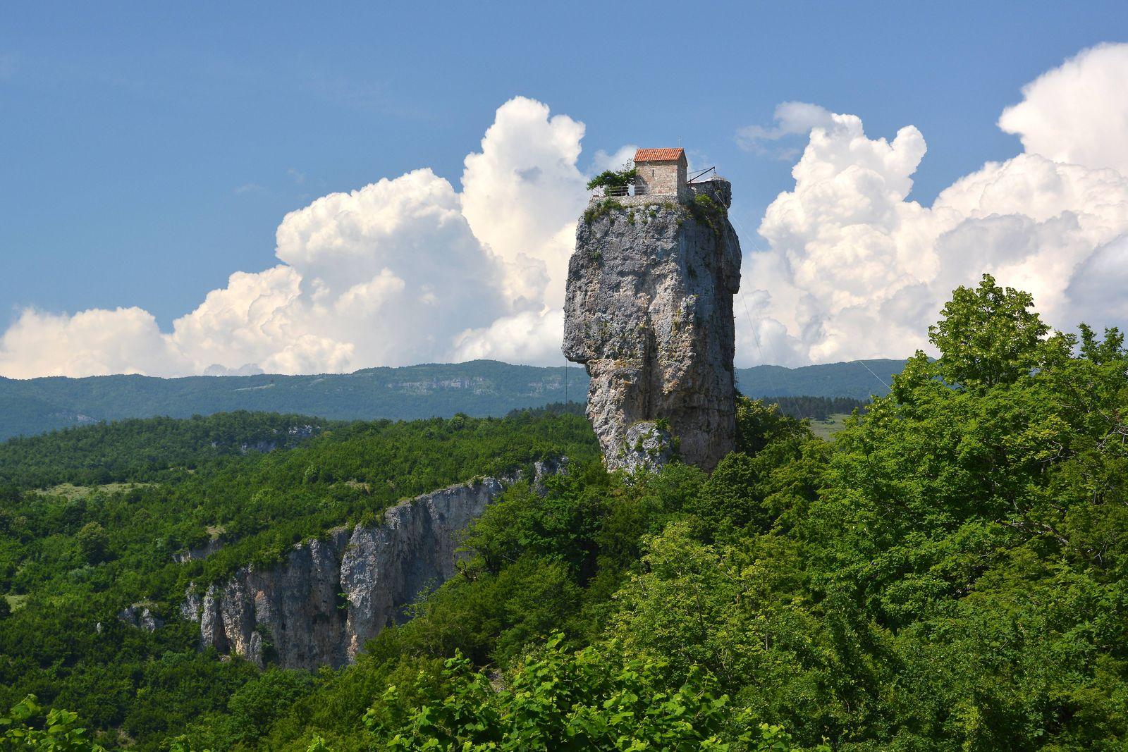 Einsiedelei eines Klosters auf dem Katskhi Fels oder Katskhi Säule bei Tschiatura Imeretien Georg