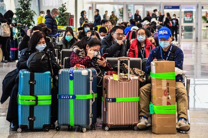 Gestrandete Passagiere am Flughafen Rom. Die Regierung hat den Flugverkehr von und nach China gestoppt.
