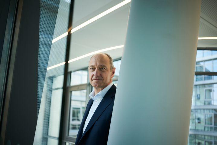 """""""Siemens ist unterbewertet"""": Siemens-Chef Roland Busch glaubt an künftige Kursgewinne seiner Aktie, extra fotografiert für unser Interview."""
