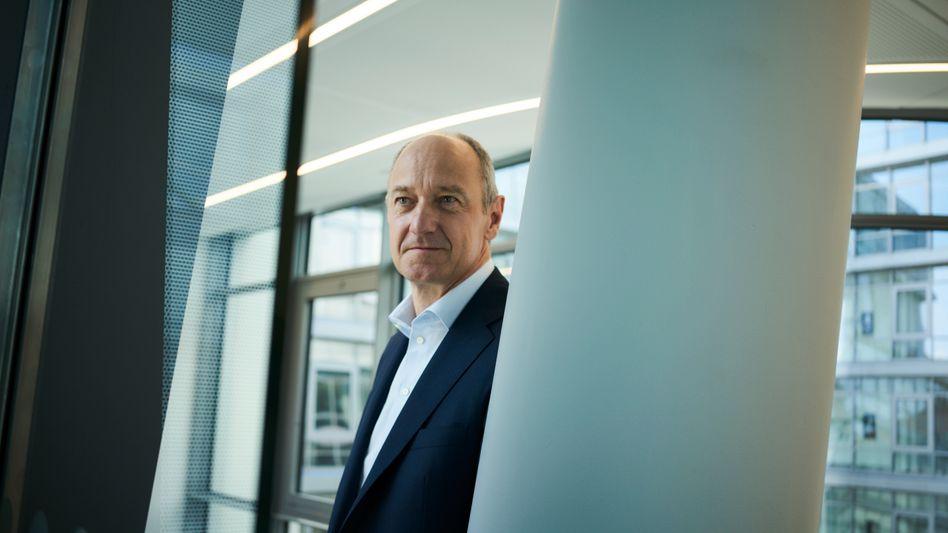 Größenvorteile: Statt mit Spaltarbeiten will Zwei-Meter-Mann Roland Busch den Kapitalmarkt mit Technologien begeistern. Dabei hat er noch Überzeugungsarbeit zu leisten.