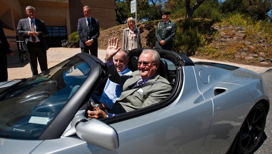 Prinz Henrik von Dänemark in einem Tesla Roadster: Dank der Elektroauto-Begeisterung der Skandinavier hat Tesla-Chef Elon Musk sein Absatzziel erreicht