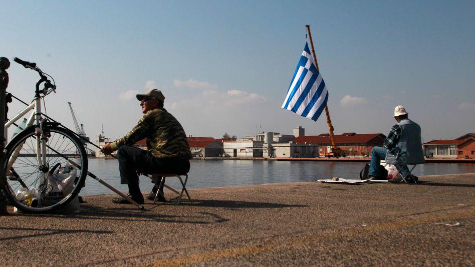 Grund zur Entspannung: Griechen beim Angeln