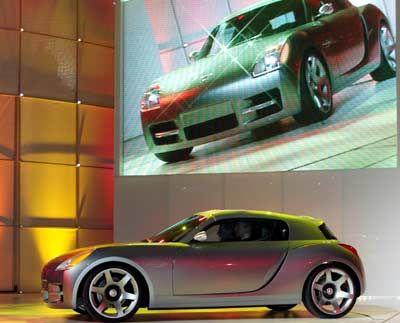 Wie Smart, nur amerikanisch: Chryslers Studie Dodge Slingshot ist zwar nicht annähernd so klein wie der deutsche Zwerg, wirbt aber auch mit einem kompakten Raumkonzept - und sportlicher Linie