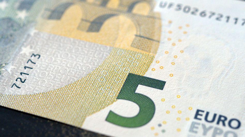 Neuer Fünf-Euro-Schein: Bargeld ist laut Studie nur für Beträge unter 6,20 Euro günstiger als Kartenzahlung