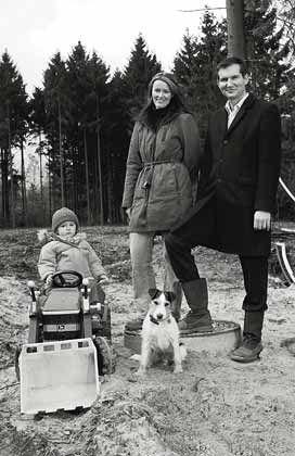 Gibt 650.000 Euro für einen Wohnsitz am Hamburger Stadtrand aus: Michael Weigert, mit seiner Lebensgefährtin und seinem Kind, baut ein Haus in Buchholz
