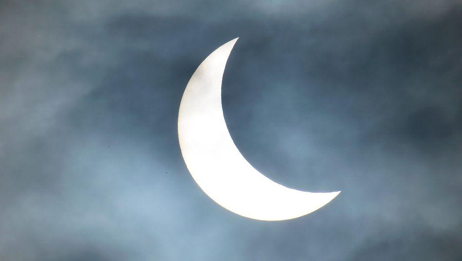 Hält die Spannung? Wenn sich der Mond vor die Sonne schiebt, ist das der Ernstfall fürs Stromsystem (Aufnahme am 20. März im Südwesten Englands). Die Einspeisung aus Solarstrom sinkt rapide - und knallt ab 10.30 Uhr wieder nach oben