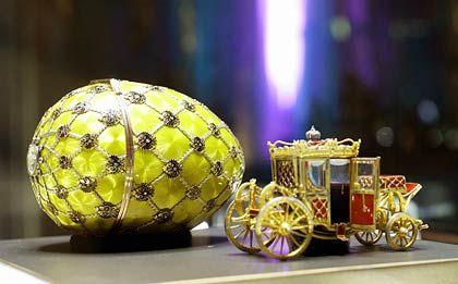Krönungs-Ei (1897): Im Inneren befindet sich ein Miniaturmodell der Kutsche, in der Zar Nikolaus II. und Zarin Alexandra Feodorovna gefahren wurden. Sie ist aus Gold, Platin sowie Emaille und mit Juwelen besetzt. Beim Öffnen der Tür entfaltet sich eine Treppe