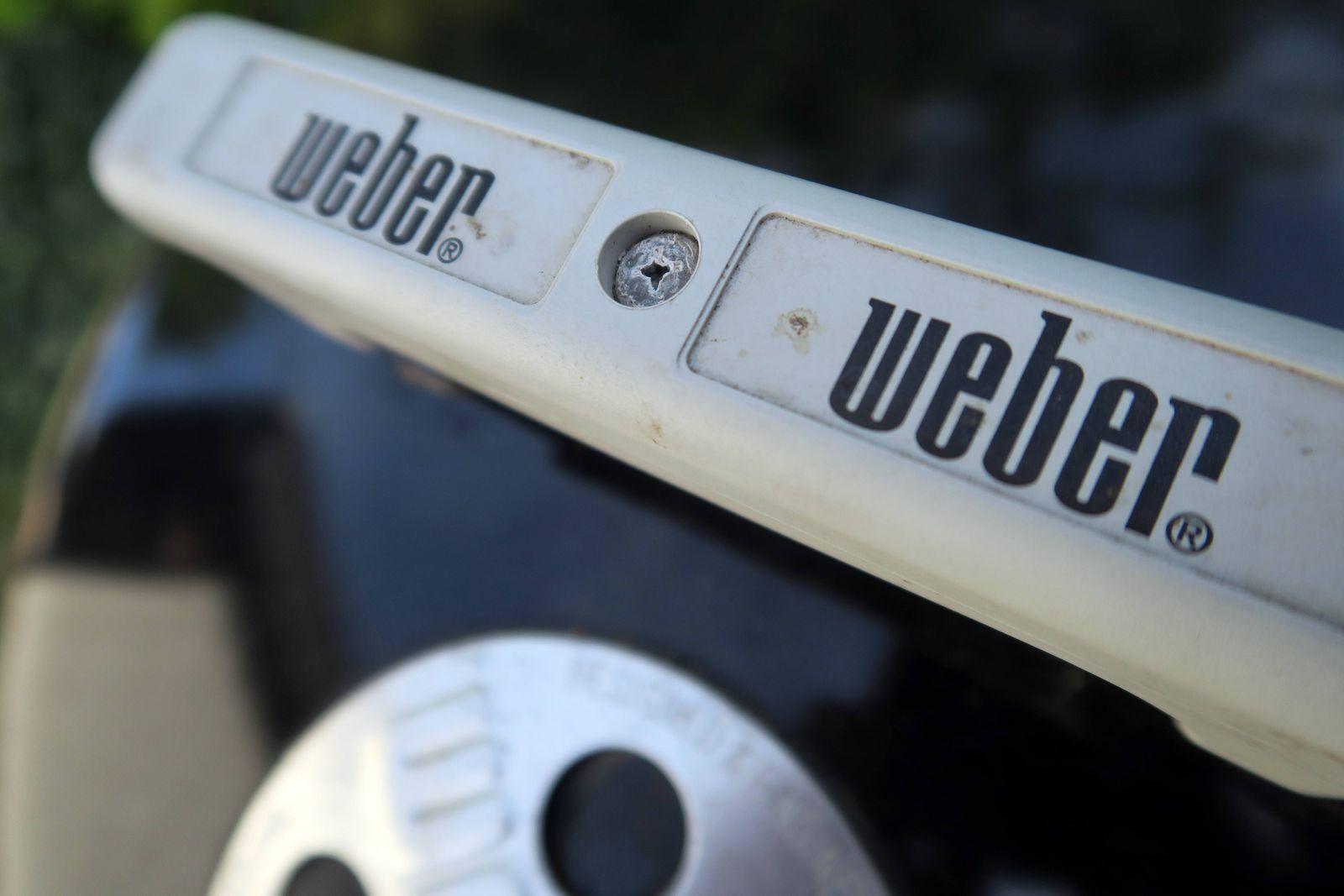 Der Schriftzug der Firma Weber ist am 06 05 2016 an einem Grill angebracht