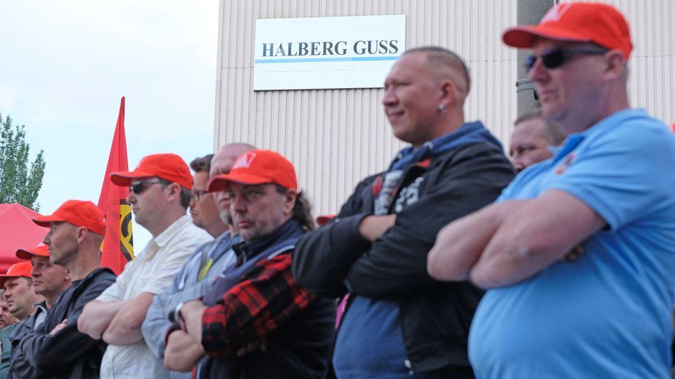 Fest entschlossen: Streikende Beschäftigte der Halberg Guss im Werk Leipzig, dem die Schließung droht