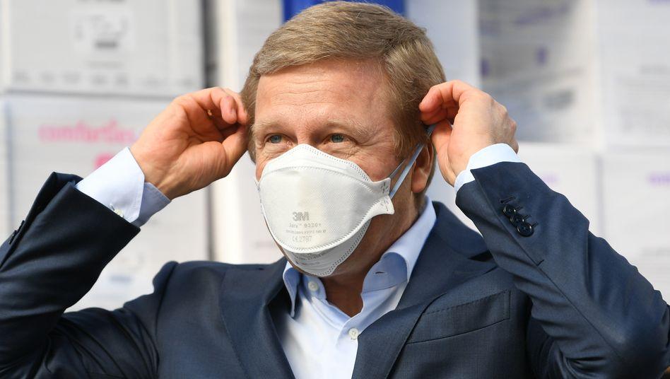 """Vorläufig mit Maske: BMW-Chef Zipse warnt vor zu großen Erwartungen: """"Die Dynamik der Pandemie nimmt wieder zu""""."""