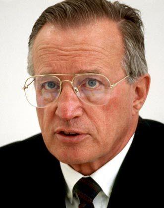 Heinz Ruhnau war bis 1991 Chef der Lufthansa. In Danzig geboren und nach dem Krieg vertrieben, gelang Ruhnau ein erstaunlicher Aufstieg. Er lernte Elektromaschinenbau, studierte Betriebswirtschaft und fand über die IG Metall und die SPD in die Politik. Von 1965 bis 1973 war er Innensenator von Hamburg. 1974 holte ihn Helmut Schmidt als Staatssekretär nach Bonn. Zunächst im Aufsichtsrat der Lufthansa, übernahm er 1982 den Vorstandsvorsitz. Ruhnau lebt mit seiner Frau in Bonn.