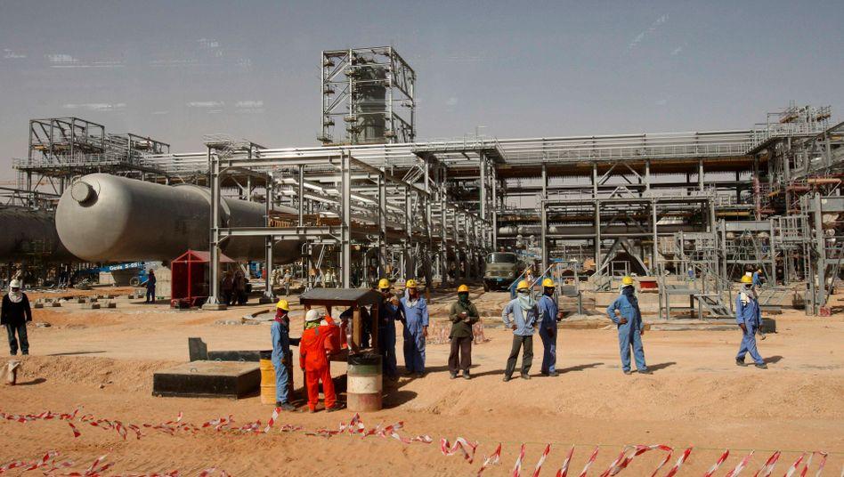 Ölfeld in Riad: Die Ölnationen wollen die Fördermenge begrenzen, um einen erneuten Kollaps der Ölpreise zu verhindern. Nun soll im Juni weiterverhandelt werden