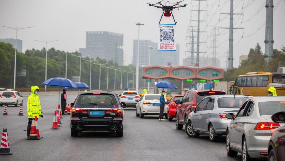 Alarmstufe Rot: Derzeit sind Chinas digitale Überwachungsmethoden für Covid-19 ein Durcheinander unzusammenhängender Bemühungen des Staates sowie der Technologieriesen Alibaba und Tencent.