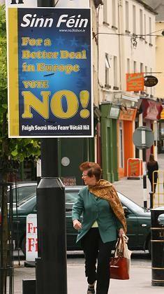 """""""Nein"""": Von den Parteien in Irland hatte sich lediglich die kleinere Partei Sinn-Fein gegen den Vertrag von Lissabon ausgesprochen. Zu den Gegnern zählten zudem katholische Konservative, linke Gewerkschafter und traditionelle Nationalisten."""