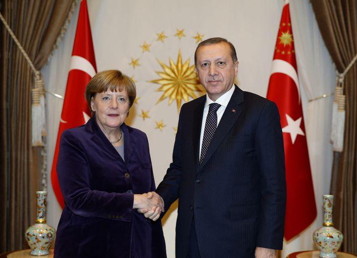Die rettende Hand: Für die Bundesregierung ist die Türkei in der Flüchtlingskrise ein hilfreicher Partner