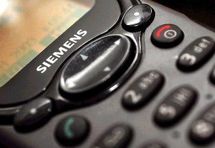Siemens - Die Drohung von 2004, rund 2000 Stellen in der Handysparte zu streichen, wirbelte viel Staub auf. Mit spürbaren Ergebnissen: In zwei nordrhein-westfälsichen Werken wurde die Arbeitszeit ohne Lohnausgleich auf 40 Wochenstunden erhöht. Inzwischen ist die Handysparte verkauft. Die Kürzungsrunden indes gehen weiter, auch wenn man die Meldungen im Wahl-Krimi des politischen Herbstes fast überhört. Beim IT-Dienstleister SBS sollen 2400 Stellen wegfallen, weiterer Arbeitsplatzabbau ist im Kommunikationsbereich geplant. Nach Informationen des manager magazins werden in den kommenden eineinhalb Jahren bei der Sparte Com weltweit 4200 Stellen gestrichen, davon 2860 in Deutschland.