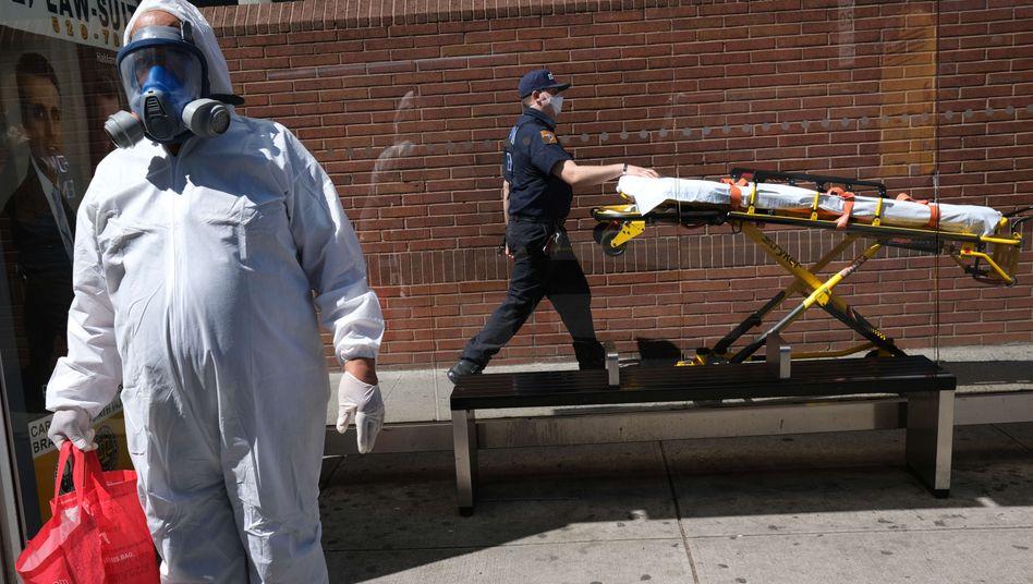Gesundheitskräfte in New York: Die USA befinden sich weiter fest im Griff der Corona-Krise.