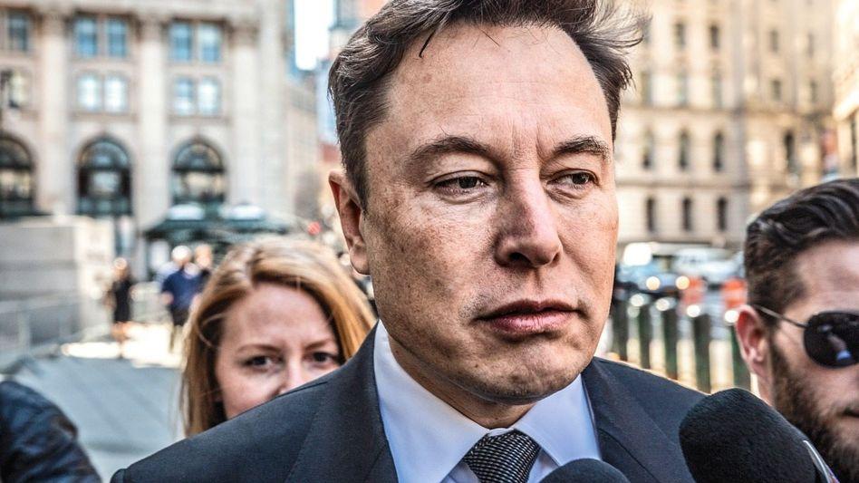 Harte Zeiten: Tesla-CEO Elon Musk hat im Alleingang die Elektrorevolution der Autoindustrie angezettelt. Jetzt muss er sich immer öfter verteidigen, wie im April 2019 vor der US-Börsenaufsicht SEC.