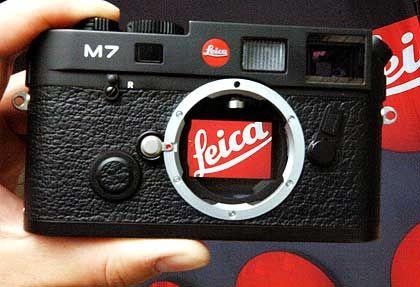 Komplizierte Situation: Das Logo der Leica Camera AG fotografiert durch das Bajonett einer Leica M7 mit geöffneter Rückwand