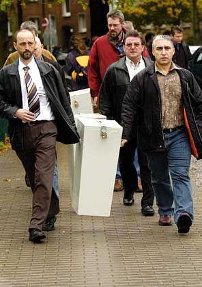 Abstimmung in der RuhrCongresshalle:Opel-Mitarbeiter tragen Wahlurnen zum RuhrCongress