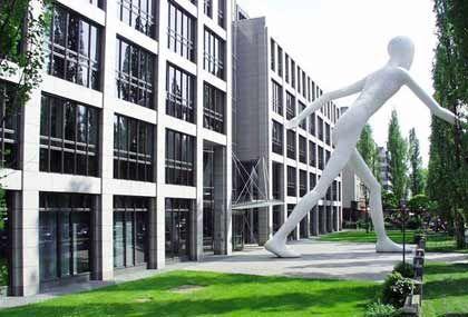 Stabile Preise im Versicherungsgewerbe: Die Münchener Rück (im Bild die Konzernzentrale in der Leopoldstraße) zieht eine positive Bilanz der jährlichen Erneuerungsrunde