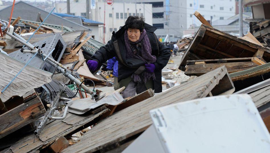 Suchen nach Überresten: Tsunami und Beben in Japan haben das Land schwer getroffen. Auf Rückversicherer, die Schäden der Erstversicherer regulieren, kommen Milliardenschäden zu