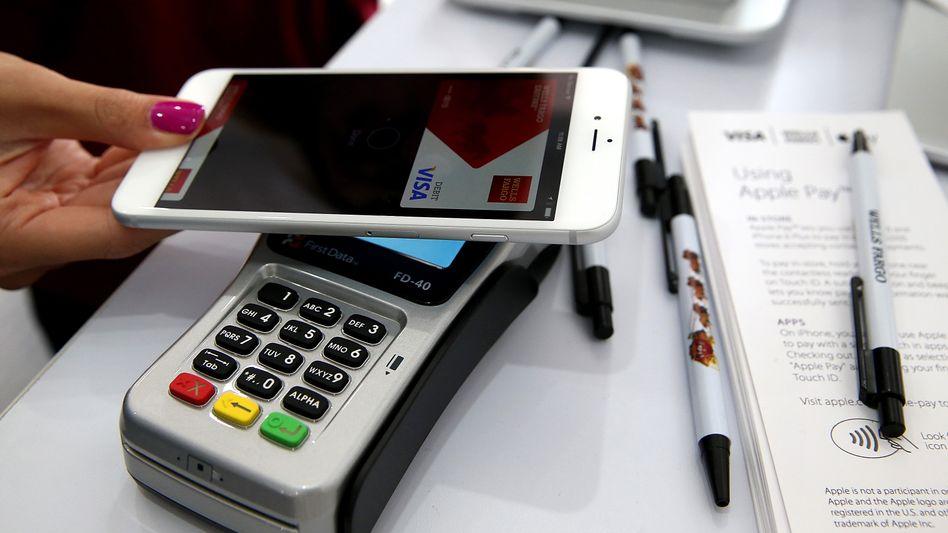 Apple und Google bieten das mobile Zahlen mit dem Smartphone bereits an, jetzt will ihnen der weltgrößte Handyproduzent Samsung mit einem eigenen Dienst Konkurrenz machen