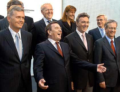 """Bundeskanzler Gerhard Schröder (3. v. l.) beim """"Innovationsgipfel"""" mit (v. l.): Kai-Uwe Ricke (Chef Deutsche Telekom), Dietmar Harting (BDI-Vizechef), Edelgard Bulmahn (Bundesforschungsministerin), Wolfgang Mayrhuber (Chef Lufthansa), Joachim Milberg (AR-Chef BMW, Präsident Acatech) und Heinrich von Pierer (AR-Chef Siemens)"""