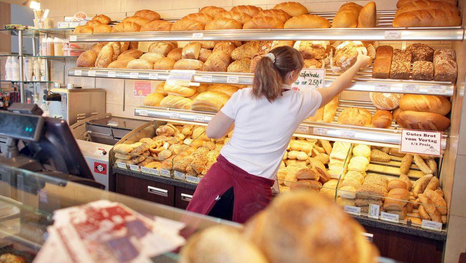 Verkäuferin in einer Bäckerei: Filialleiterinnen und Verkäuferinnen werden schlechter bezahlt als ihre männlichen Kollegen.