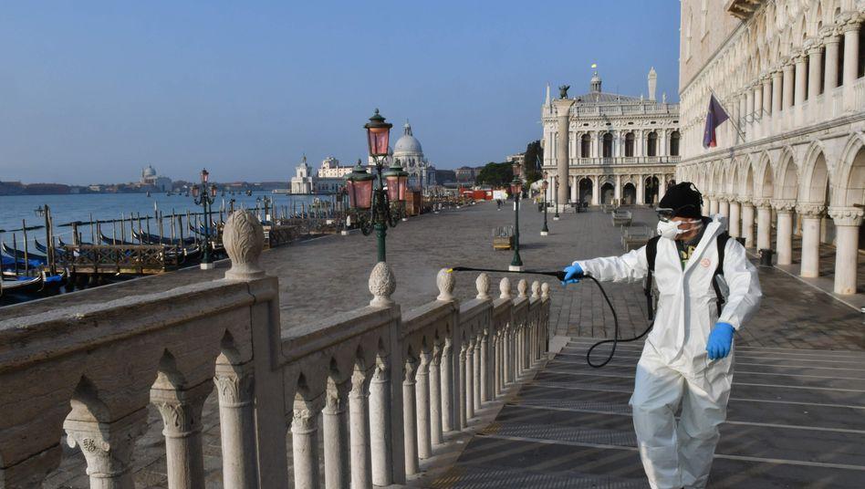 Desinfektion in Venedig: Bei der Aufgabe, Kräfte gegen ein gemeinsames Problem zu bündeln, hat die EU versagt