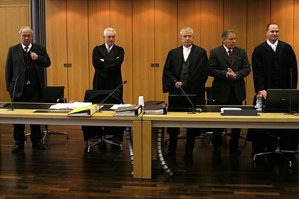 Vor Gericht: Gebauer (l.), Anwalt Wolfgang Kubicki (2.v.l.), Volkert (2.v.r.) und die Anwälte Johann Schwenn (m.) und Sascha Böttner (r.)