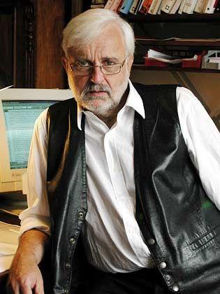 Hans J. Kleinsteuber ist Professor für Politikwissenschaften und Journalistik an der Universität Hamburg. Zu seinen Spezialgebieten gehören Medienpolitik und Medienökonomie in Deutschland und im internationalen Vergleich.