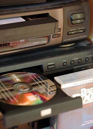 Günstige Alternative zum Kombigerät: Wenn der alte Videorekorder noch einwandfrei läuft, genügt es, einen DVD-Rekorder per Scartkabel anzuschließen und die Filme zu überspielen