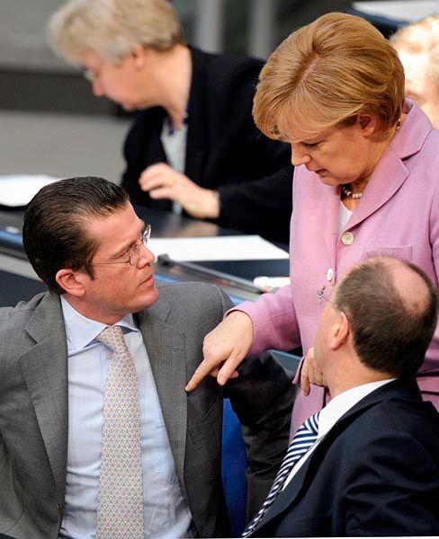 Weitere Wirtschaftshilfen: Verbandslenker fordern Engagement von Kanzlerin Merkel, Wirtschaftsminister zu Guttenberg (links) und Finanzminister Steinbrück (rechts)
