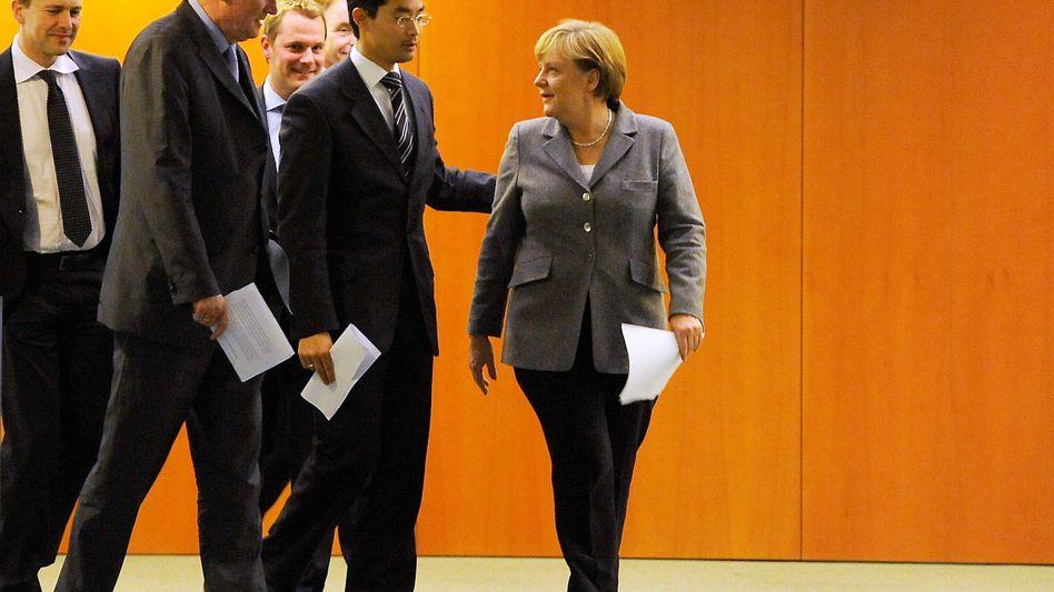 Geschlossenheit demonstrieren: Bundeskanzlerin Merkel (r.), der bayerische Ministerpräsident Seehofer (2.v.l) und FDP-Chef Philipp Rösler (m.) nach fast achstündigen Beratungen im Kanzleramt