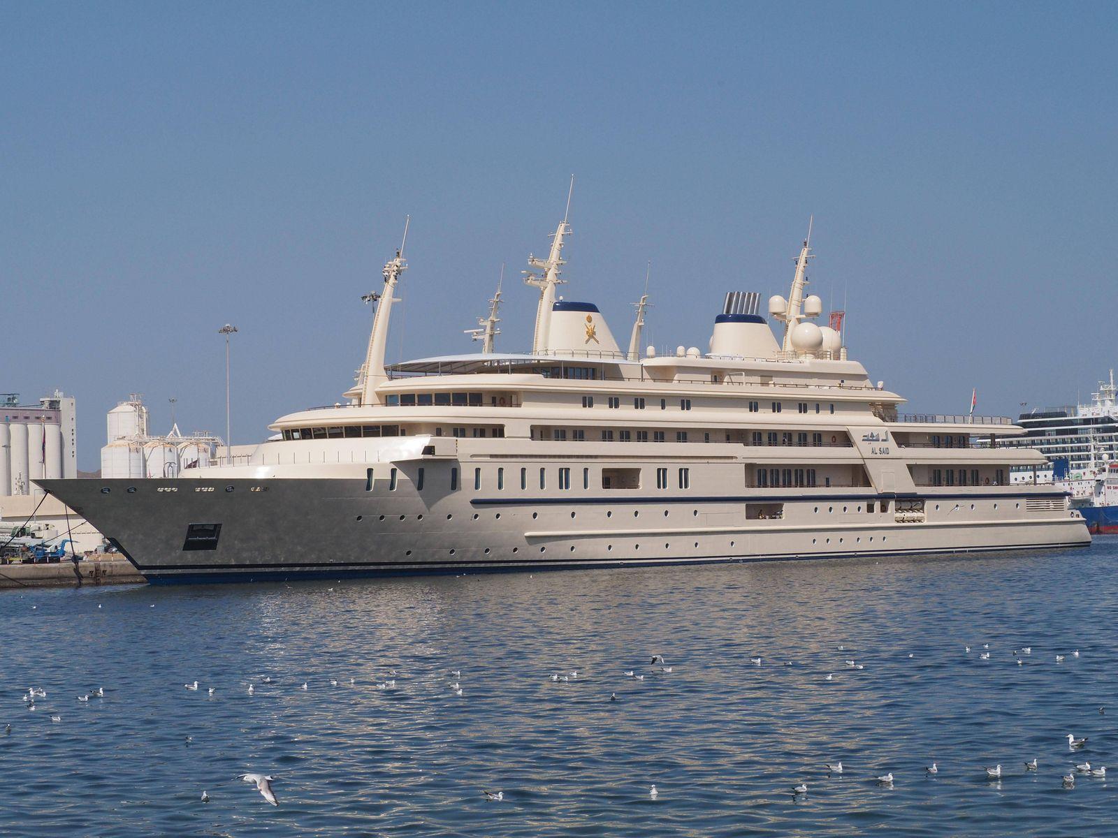 Mega Yacht Al Said im Hafen Yacht des Sultans von Oman Maskat Oman Asien *** Mega Yacht Al Said