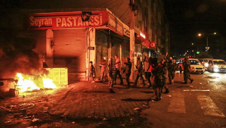 Bei nächtlichen Protesten und gewalttätigen Auseinandersetzungen wie hier in der türkischen Stadt Diyarbakir starben in der Türkei bislang 14 Menschen